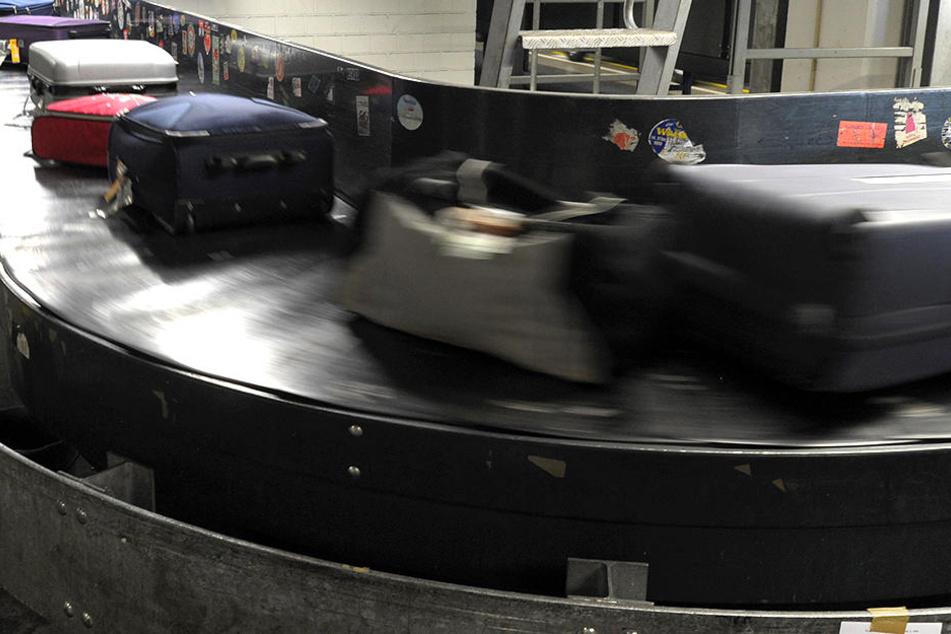 Eine ältere Dame stürzte an einem Moskauer Flughafen aufs Gepäckband.