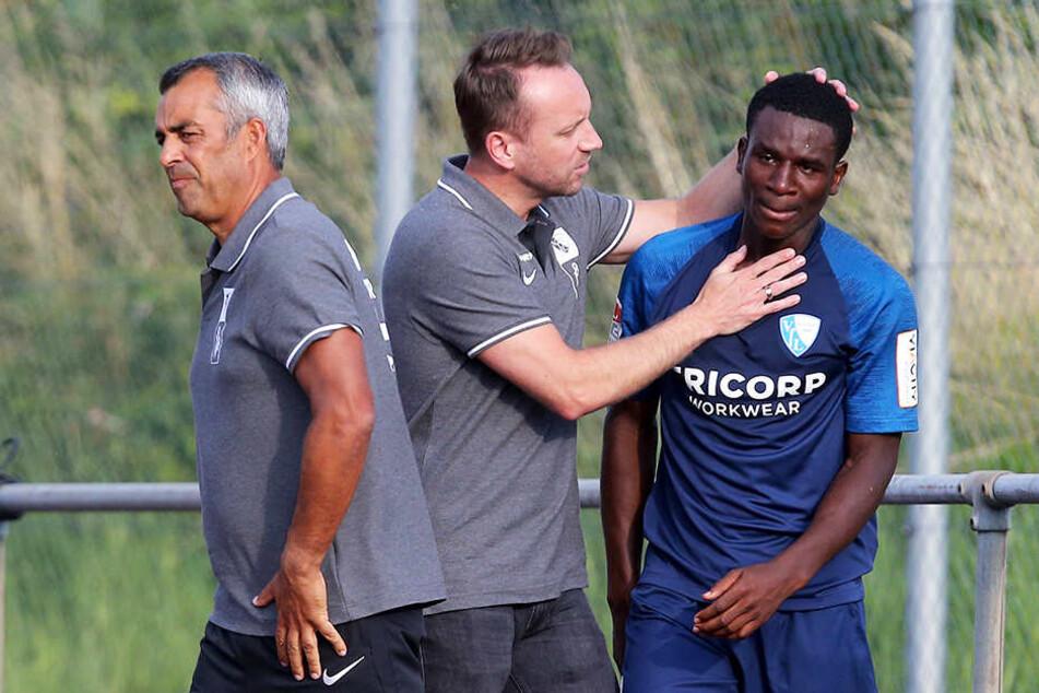 Jordi Osei-Tutu (r.) musste von Trainer Robin Dutt (l.) und Manager Sebastian Schindzielorz (M.) getröstet werden.