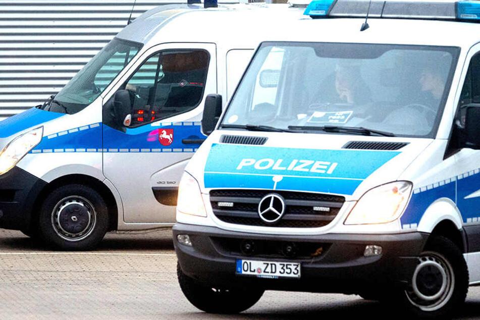 Zwei Polizisten retteten eine 60-jährige Frau aus ihrer brennenden Wohnung.