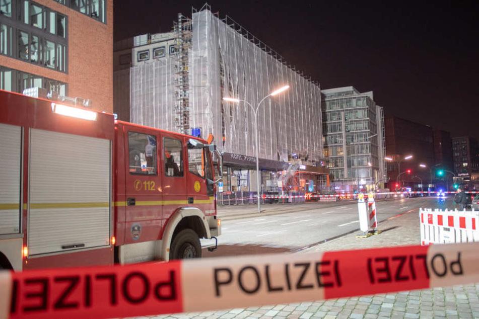Die Feuerwehr musste ein Baugerüst in der Hafencity sichern, da der Sturm kräftig daran zerrte.