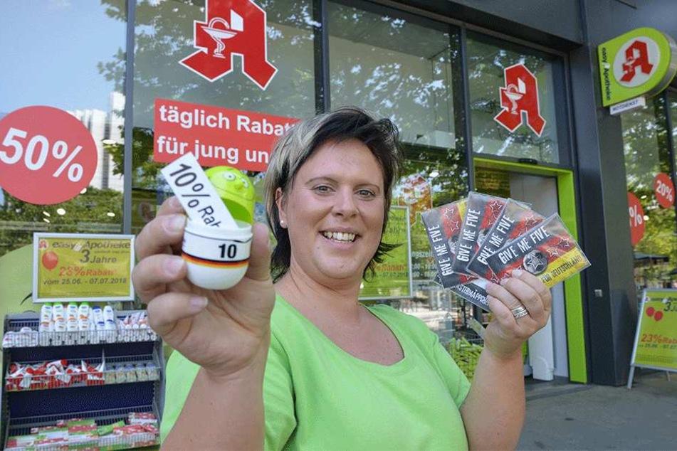 Bei Peggy Musuly (36) in der Easy-Apotheke gibt's jetzt statt Deutschlandfan-Pflastern einfach WM-Trostpflaster.