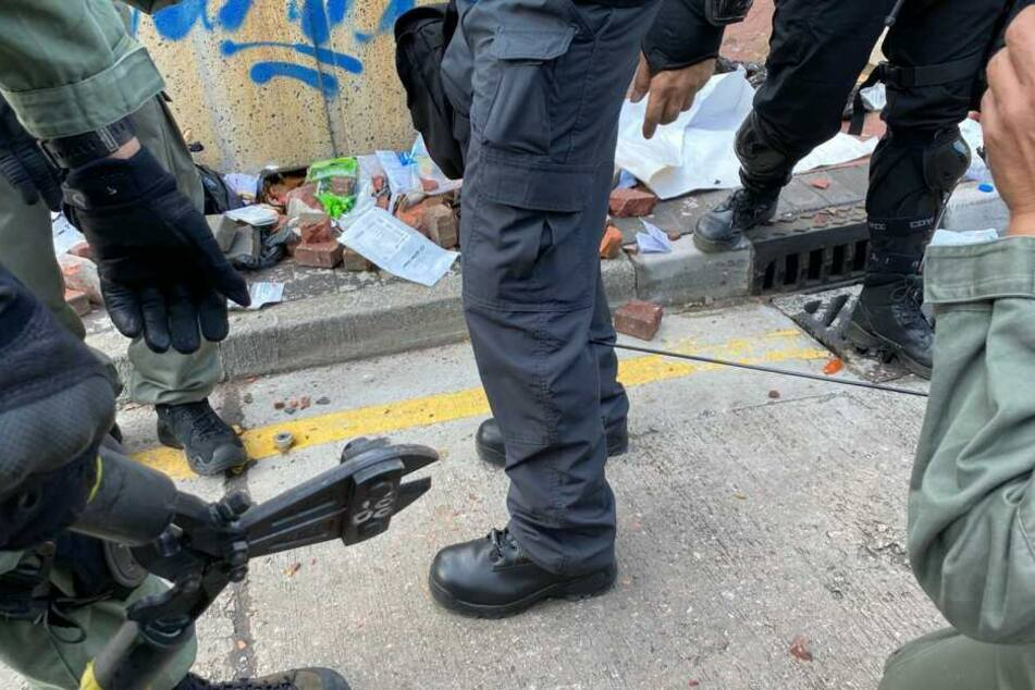 Ein Polizist wurde mit einem Pfeil in die Wade getroffen.