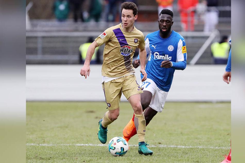 Clemens Fandrich (l.) im Spiel bei Holstein Kiel vor Kingsley Schindler am Ball.