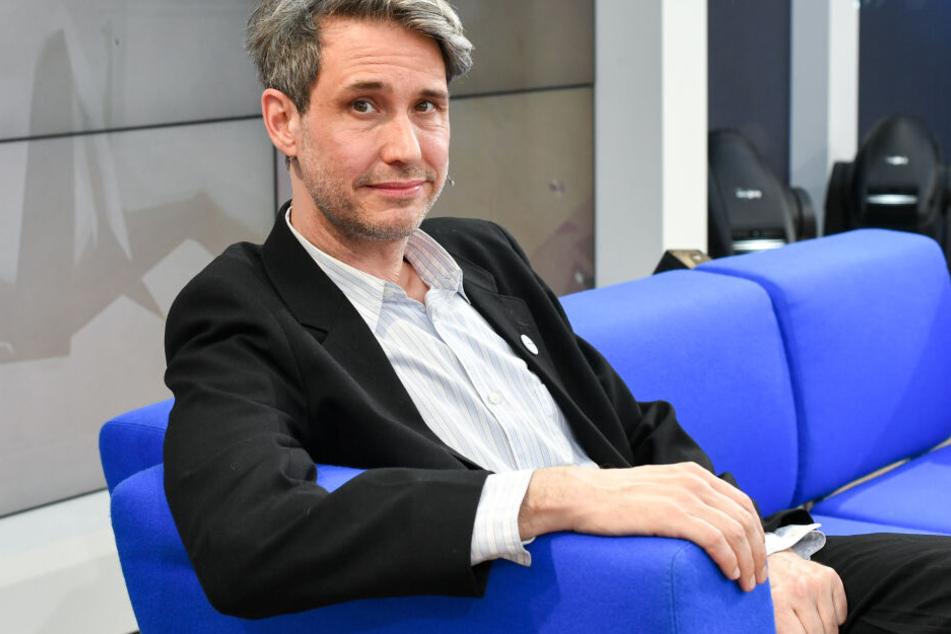 Tocotronic-Sänger Dirk von Lowtzow fordert ein Zeichen gegen Rechts seitens der großen Plattenfirmen.
