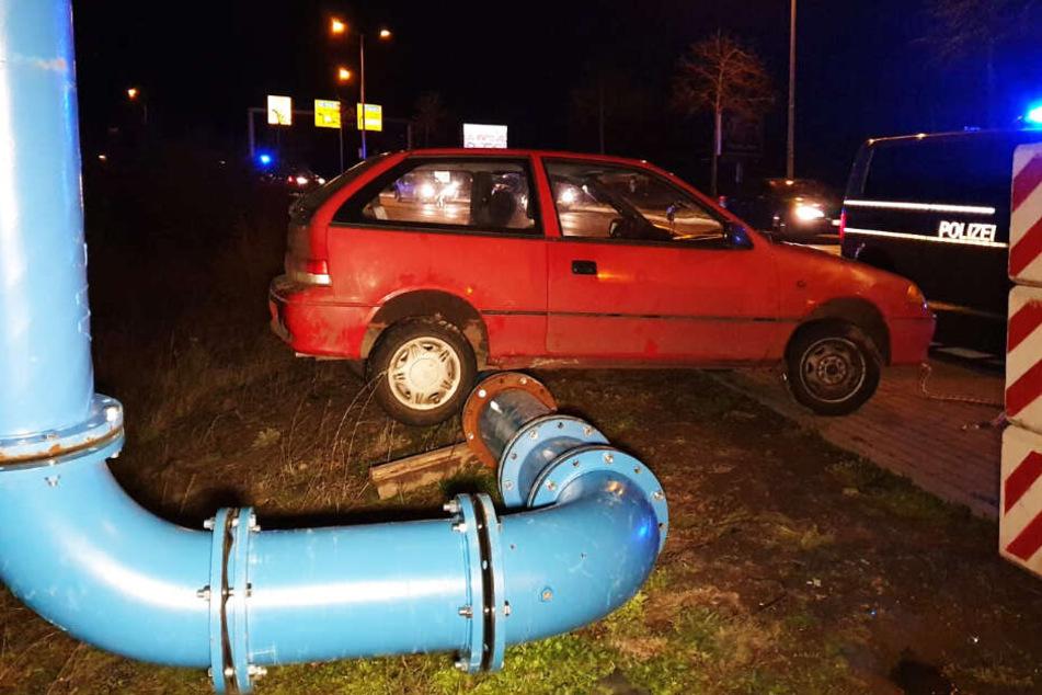 Das Auto hing an der Rohranlage fest.