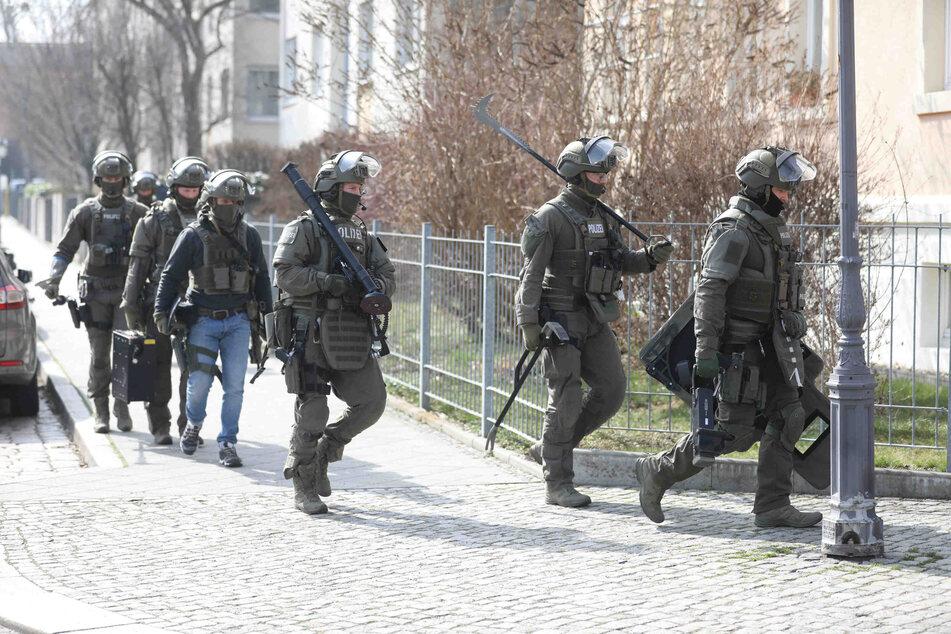 Der SEK-Trupp kam mit jeder Menge Ausrüstung zum Einsatzort.