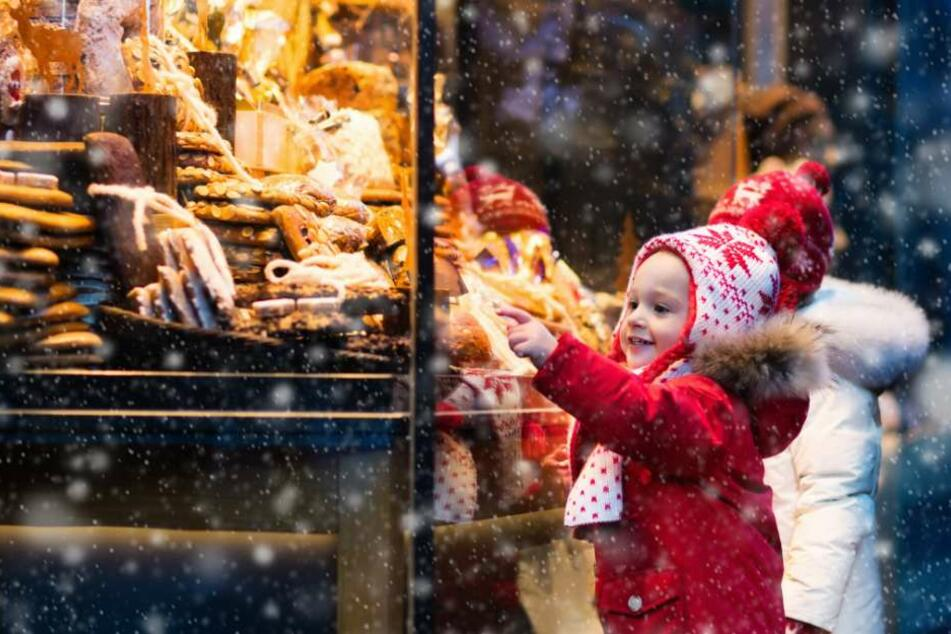 Begeisterte Kinderaugen findet man auch auf den Weihnachtsmärkten in OWL. (Symbolbild)