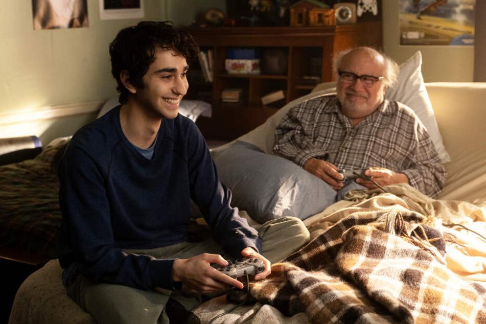 Spencer (l., Alex Wolff) bringt seinem Großvater Eddie (Danny DeVito) bei, wie man Videospiele zockt.