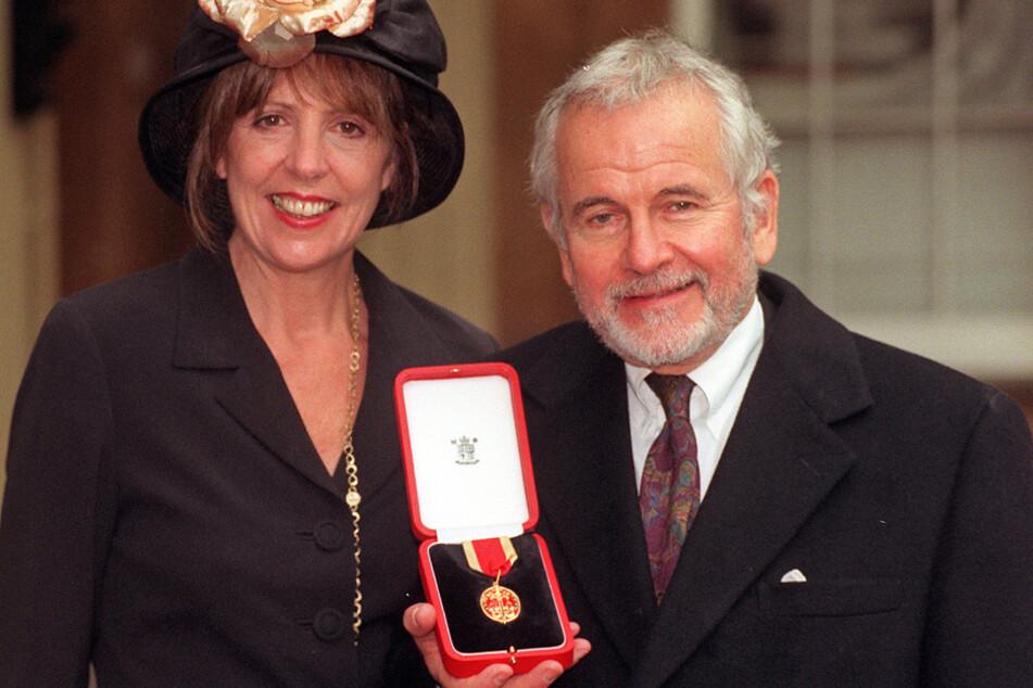 1998: Sir Ian Holm neben seiner dritten Ehefrau Penelope Wilton. Die Medaille erhielt er, nachdem er von der britischen Königin zum Ritter geschlagen wurde.