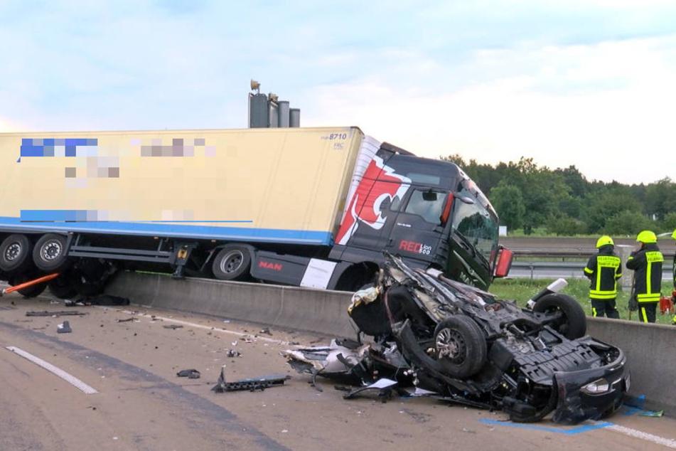 Auto halbiert! Fahrerin wird zwischen Betonwand und Lkw tödlich eingequetscht