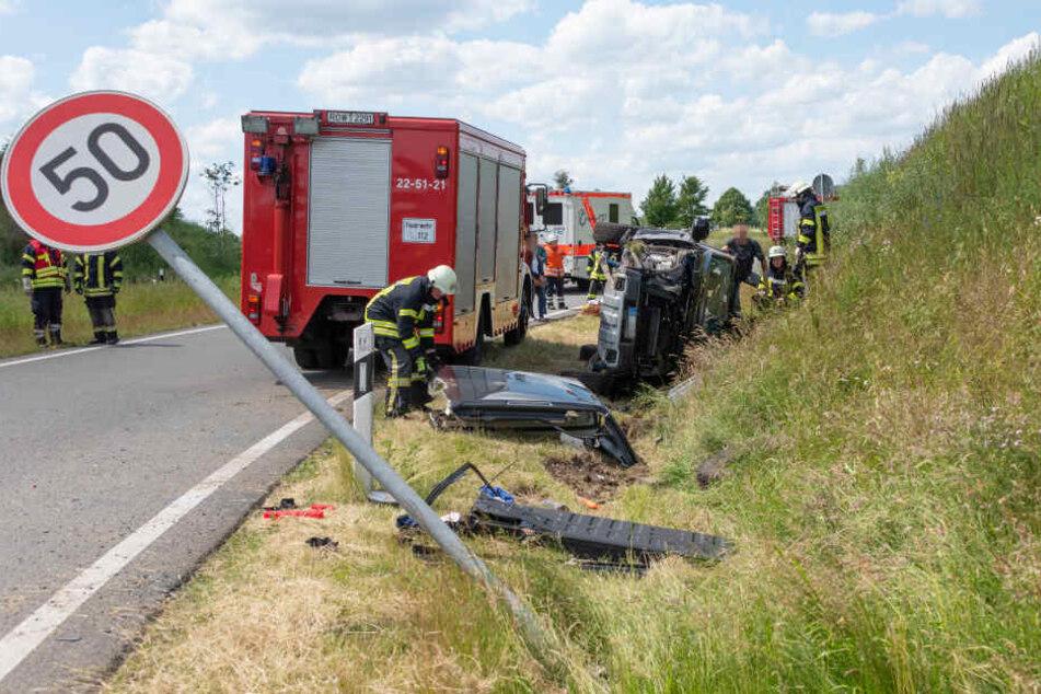 Der verunfallte SUV liegt völlig zerstört im Straßengraben des Autobahnzubringers Elsdorf an der A1.