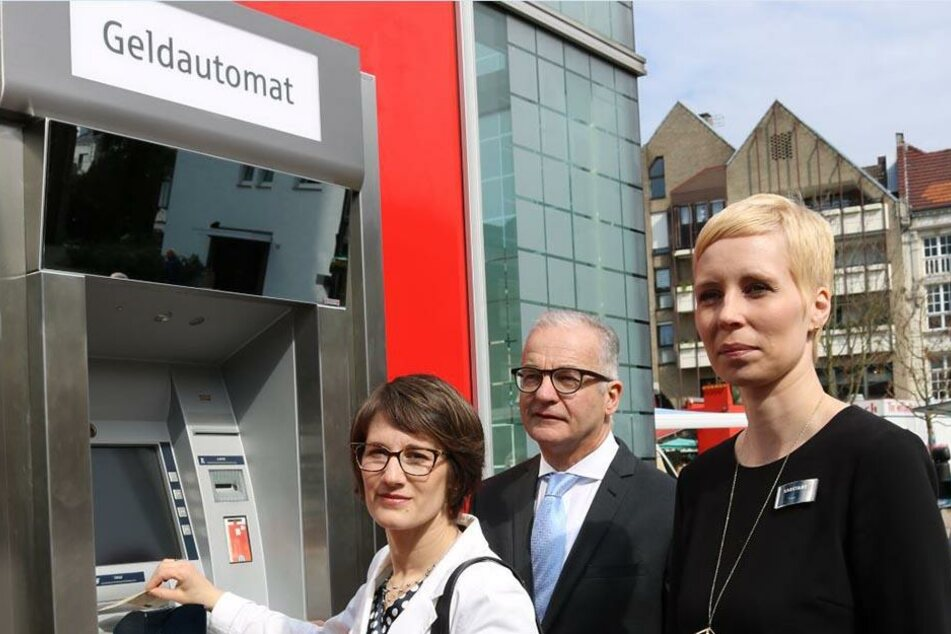 An diesem Automaten haben selbst große Personen Schwierigkeiten. Doch die Sparkasse verspricht Abhilfe.