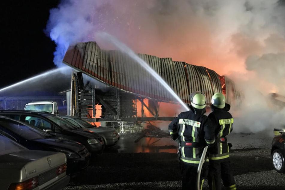 Die Feuerwehr konnte ein Übergreifen der Flammen auf Nebengebäude verhindern.