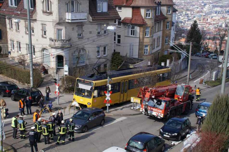 Die Feuerwehr musste den Wagen wieder in die Gleise heben.