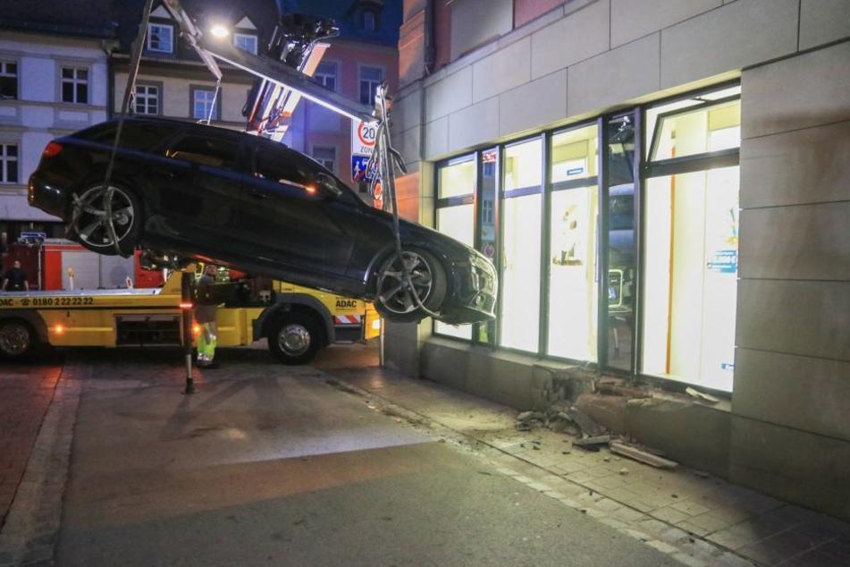 Der Audi wurde nach dem Unfall abgeschleppt.