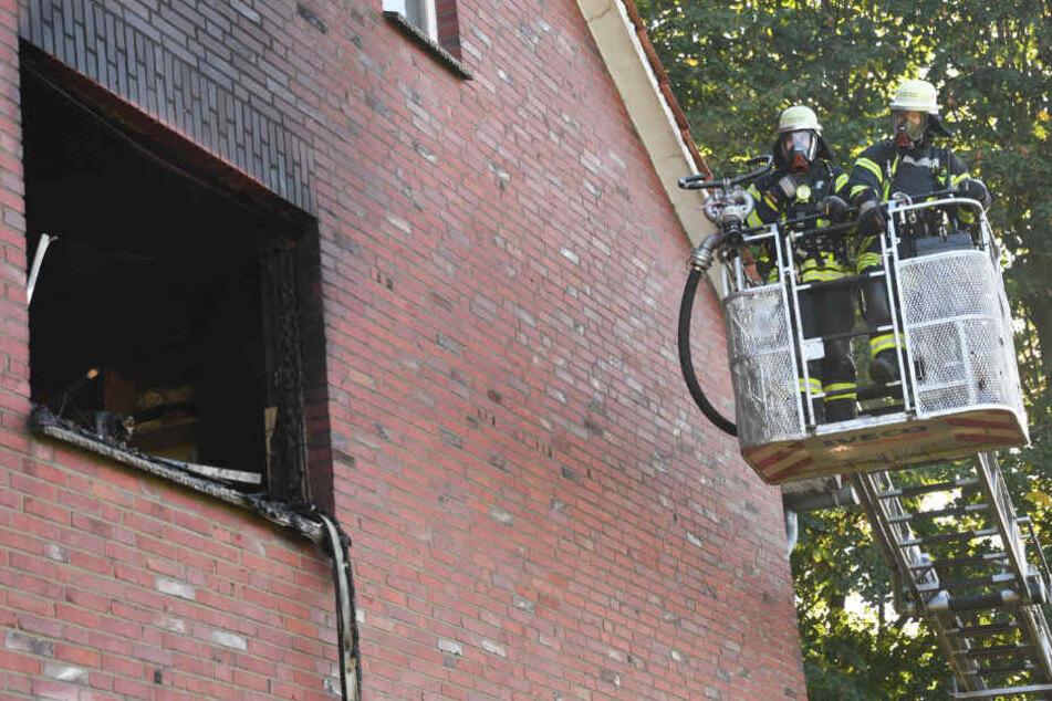 Von einer Drehleiter aus löschten ein paar Feuerwehrmänner den Brand.