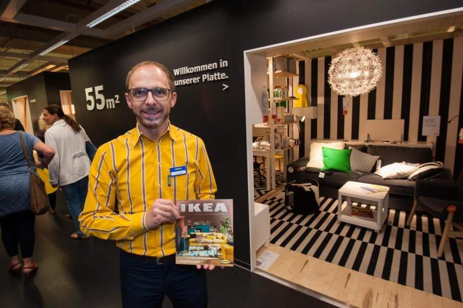 IKEA-Chemnitz-Chef Leopold Steber (40) vor einer Koje , welche auf 55 m² den Grundriss einer Plattenwohnung in Chemnitz ( zu DDR-Zeiten WBS 70 ) zeigt.