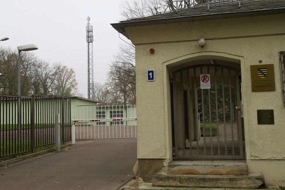 Die Polizeidienststelle Hans-Driesch-Straße mit dem Funkturm im Hintergrund.