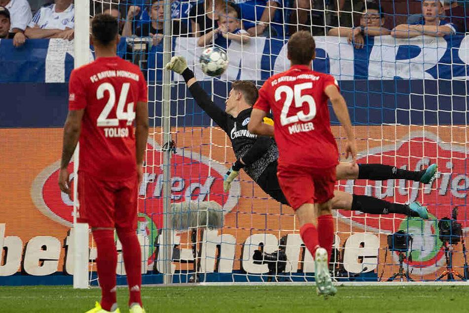 So sehr er sich auch streckte, konnte Alexander Nübel am 2. Spieltag trotz ordentlicher Leistung nichts gegen die 0:3-Niederlage gegen den FC Bayern tun. Wird er nun bald selbst Teil des Rekordmeisters?