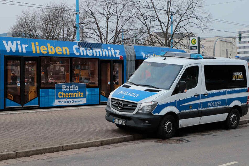 Die Straßenbahn stoppte an der Kreuzung Brücken-/Bahnhofstraße, dann kam die Polizei.