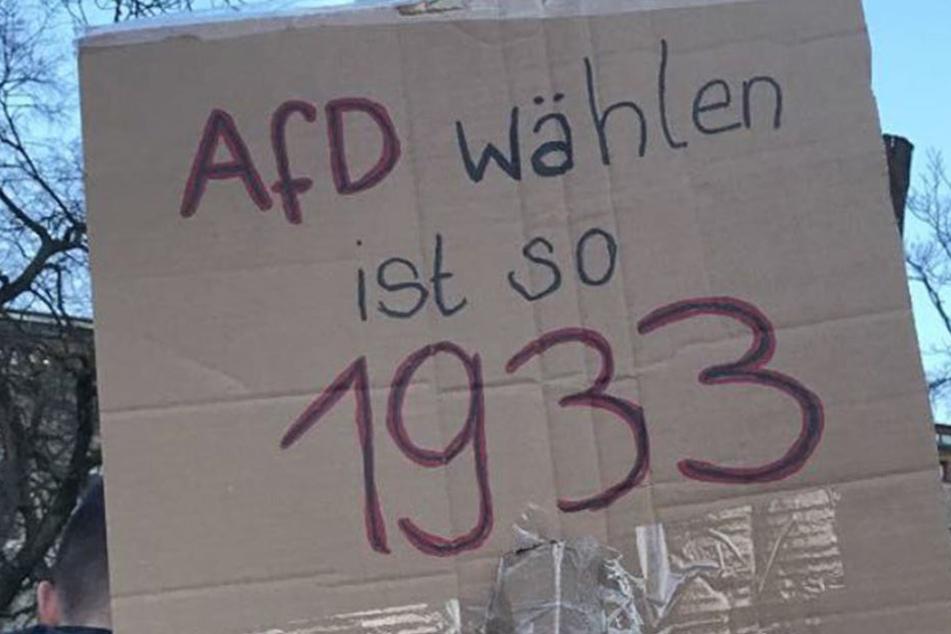 Mit Plakaten demonstrierten die Menschen gegen die AfD.