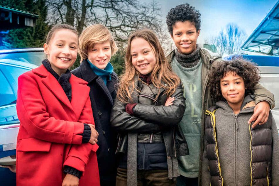 """Nele (Ronja Levis, von links nach rechts), Levin (Moritz Pauli), Kira (Marlene von Appen), Tayo (Samuel Adams) und Olufemi (Spencer König) sind die """"Pfefferkörner""""."""