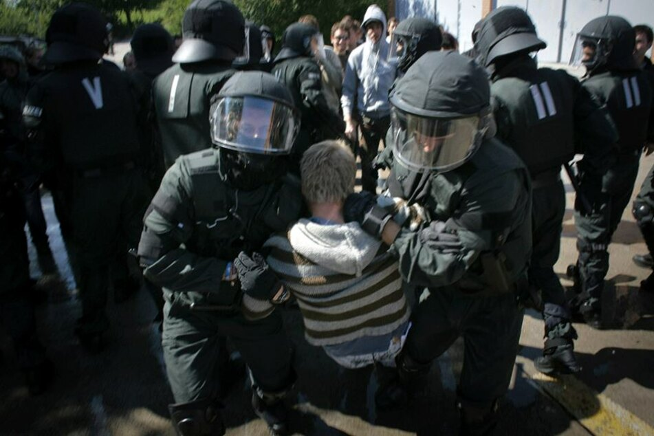 Die Bereitschaftspolizisten werden vor allem bei Großlagen, wie Demonstrationen und Fußballspiele eingesetzt.