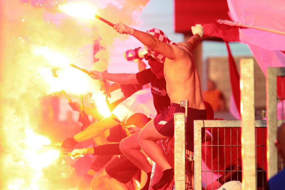 Auch wegen dem Zünden von Pyrotechnik (hier am 4. Spieltag gegen Erfurt) wurde der FSV Zwickau verurteilt.