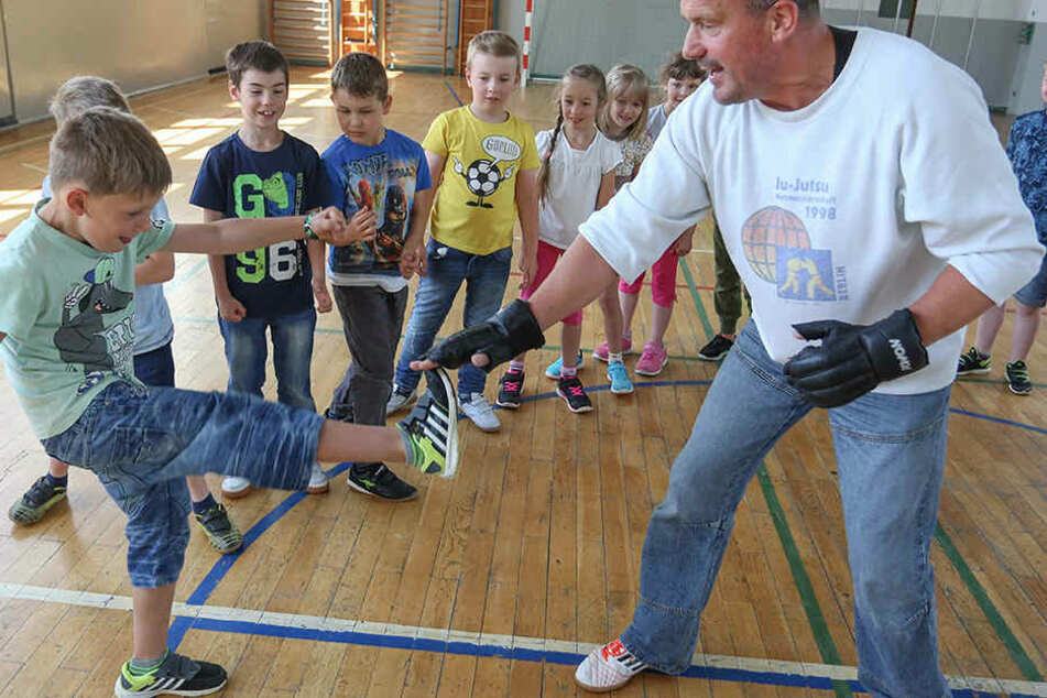 Bundespolizist Ingo Eberlein (53) lehrt Kindern Selbstverteidigung.