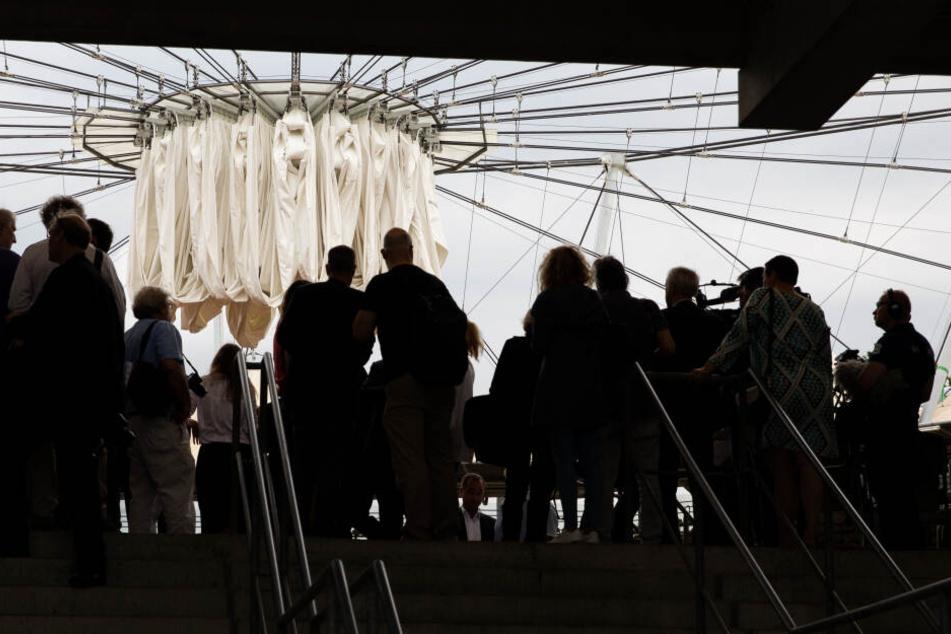 Drei Wochen vor dem ersten Aufschlag bei der Beachvolleyball-Weltmeisterschaft am 28. Juni ist am Donnerstag das neue Dach im Rothenbaum-Stadion in Betrieb genommen worden.