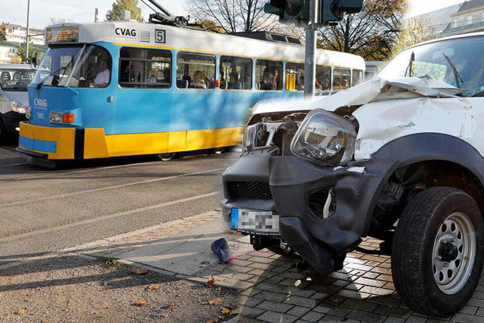 Auto kracht in Straßenbahn: Zwei Verletzte
