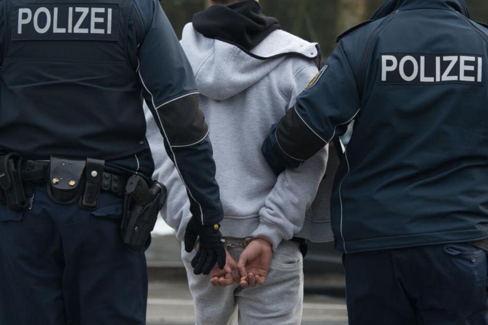Der angetrunkene Angreifer wurde mit einer Handfessel fixiert, später aber wieder entlassen. (Symbolbild)