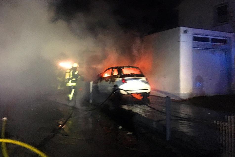Nicht nur der Carport, sondern auch das Auto brannten ab.