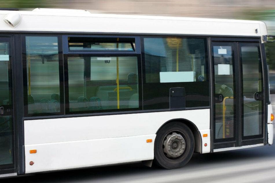 Ein fünfjähriges Mädchen war durch die Busscheibe geflogen. (Symbolbild)