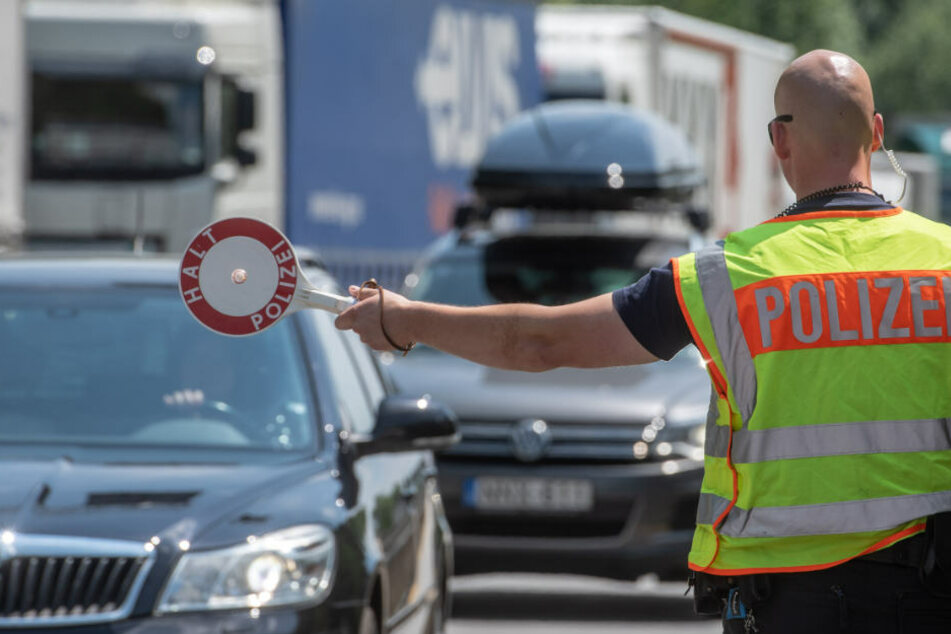 Mehr Kontrollen fordert die Deutsche Polizeigewerkschaft - und lobt die bayerische Grenzpolizei. (Symbolbild)
