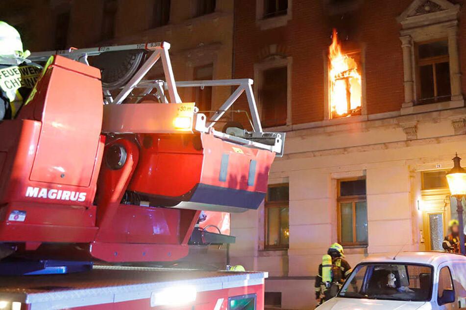 Chemnitz: Wohnung auf Sonnenberg in Flammen: Feuerwehr rettet Bewohner und Katzen!