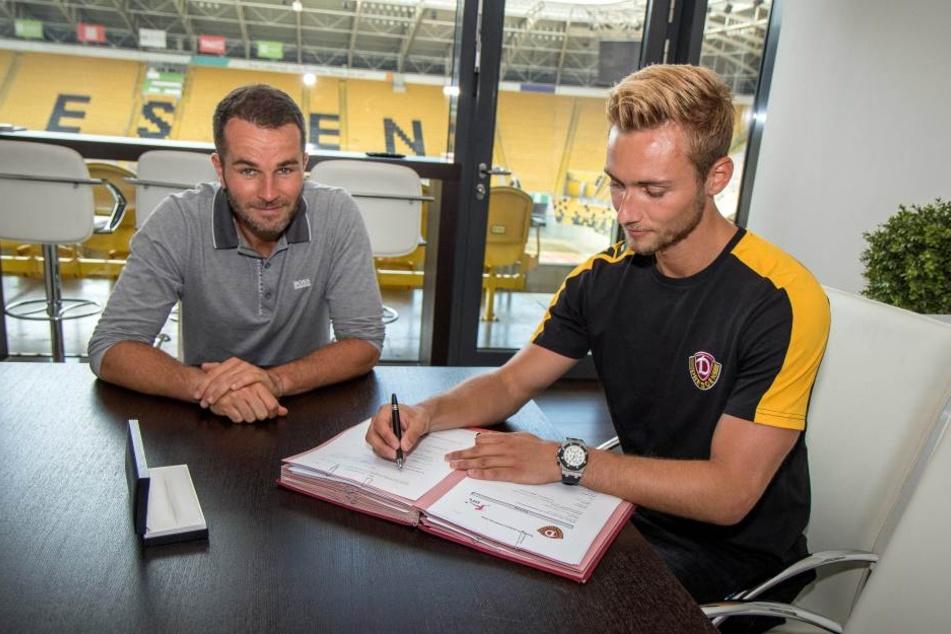 Torhüter Tim Boss (r.) bei seiner Vertragsunterschrift neben Interimsgeschäftsführer Kristian Walter.