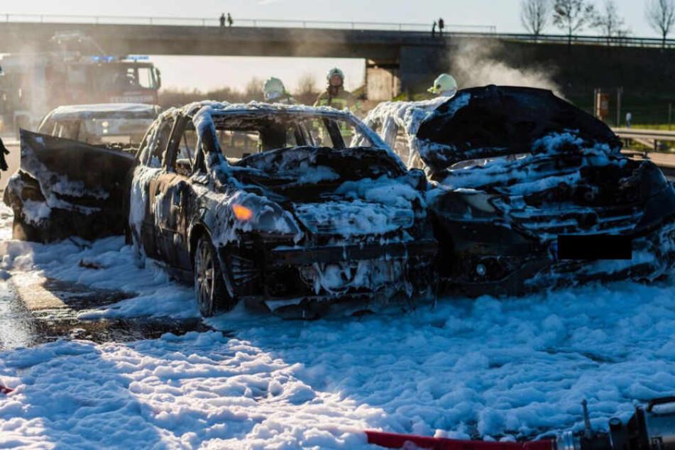 Die Einsatzkräfte konnten die brennenden Fahrzeuge mit viel Schaum löschen.