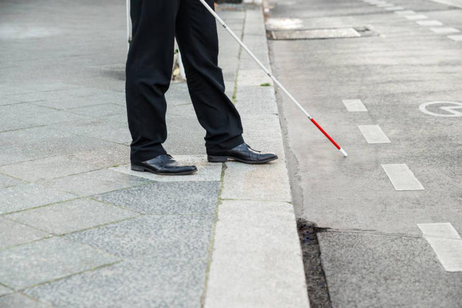Blinde Menschen stehen im Straßenverkehr vor vielen gefährlichen Hürden.