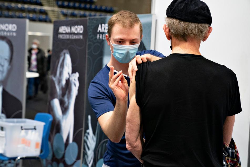 Frederikshavn: Einem Mann wird in einem Impfzentrum in der Arena Nord eine Dosis mit einem Corona-Impfstoff injiziert.