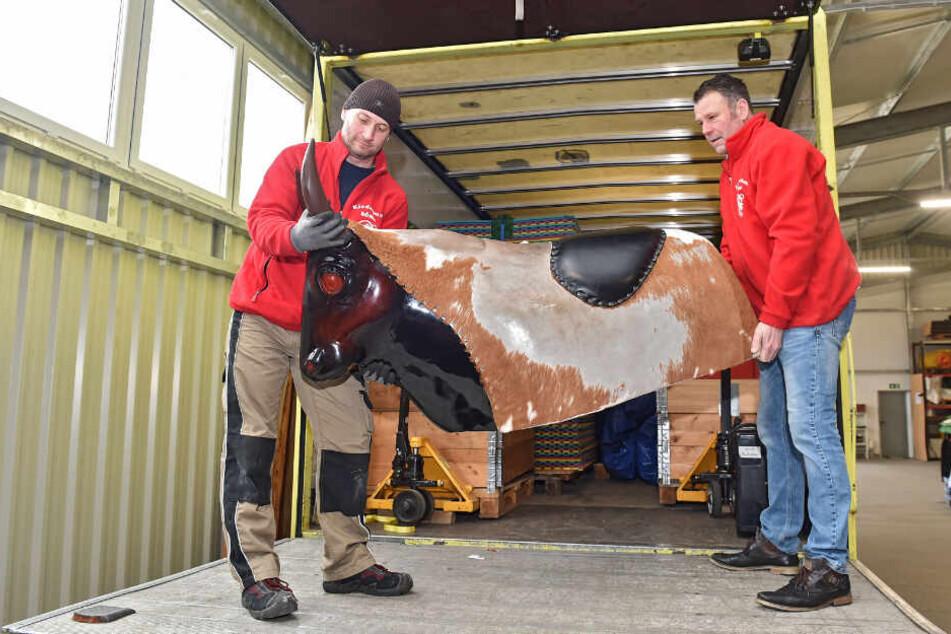 Lagerleiter Oliver Zblewski (39, l.) lädt mit Kinderland-Chef Stefan Böhm (55) den Rodeo-Bull-Riding-Stier ein.