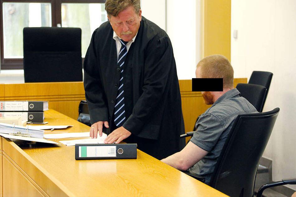 Viktor R. (32) mit seinem Anwalt. Aufgrund seiner Schizophrenie könnte er sogar freigesprochen werden.