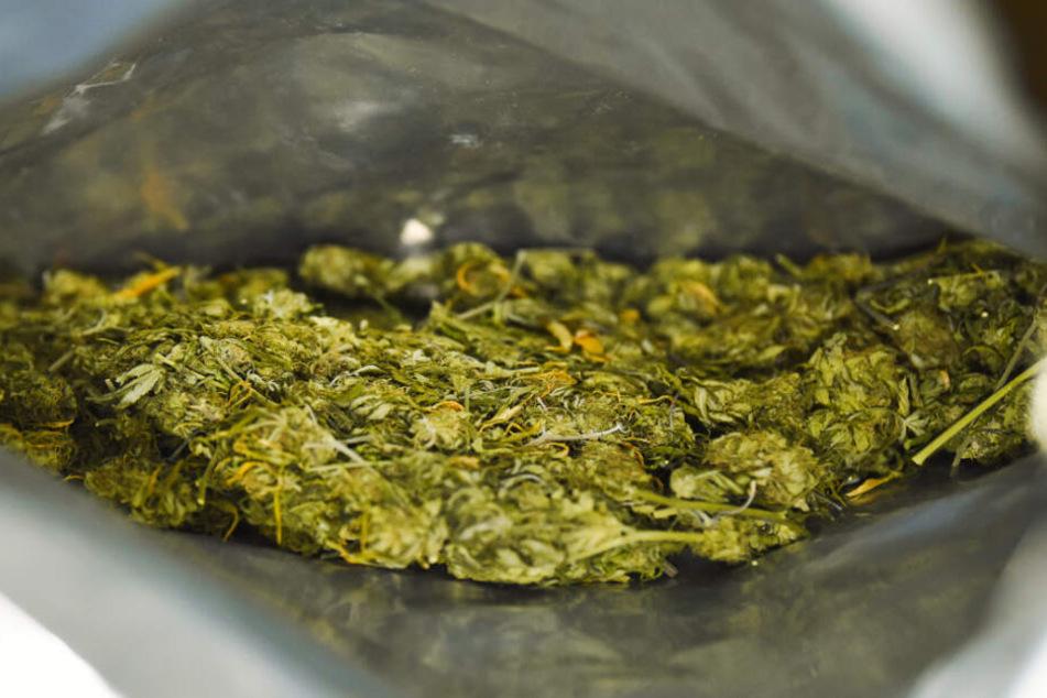 Die Polizei fand im Geldbeutel des 28-Jährigen Marihuana. (Symbolbild)