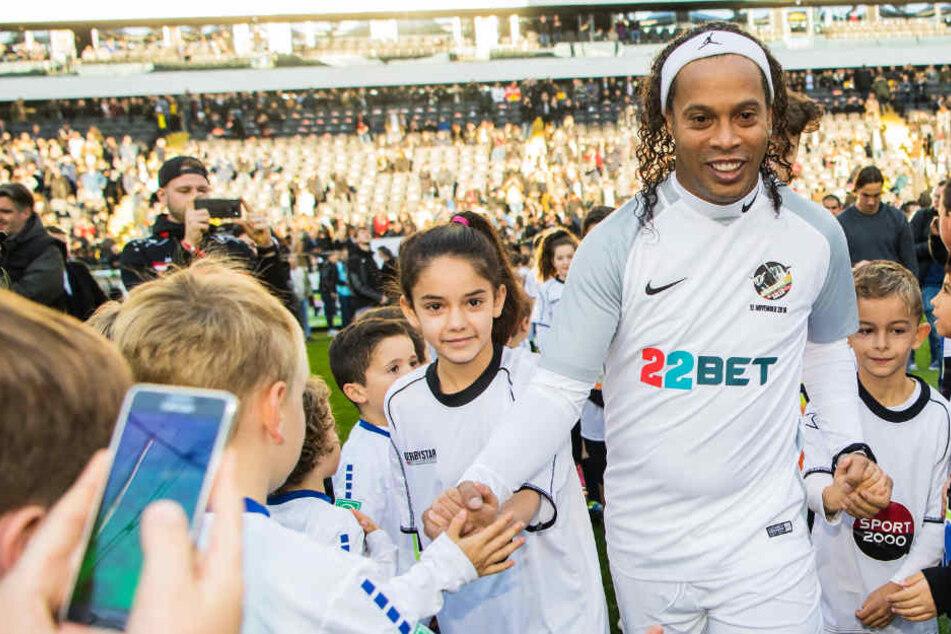 Der ehemalige brasilianische Fussballprofi Ronaldinho lief mit Kindern an der Hand in die Commerzbank-Arena ein.