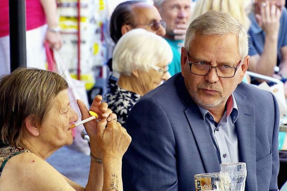 Köthens OB Bernd Hauschild will Karin Ritter bei der Wohnungssuche helfen. Doch sämtliche Angebote werden von ihr abgelehnt.