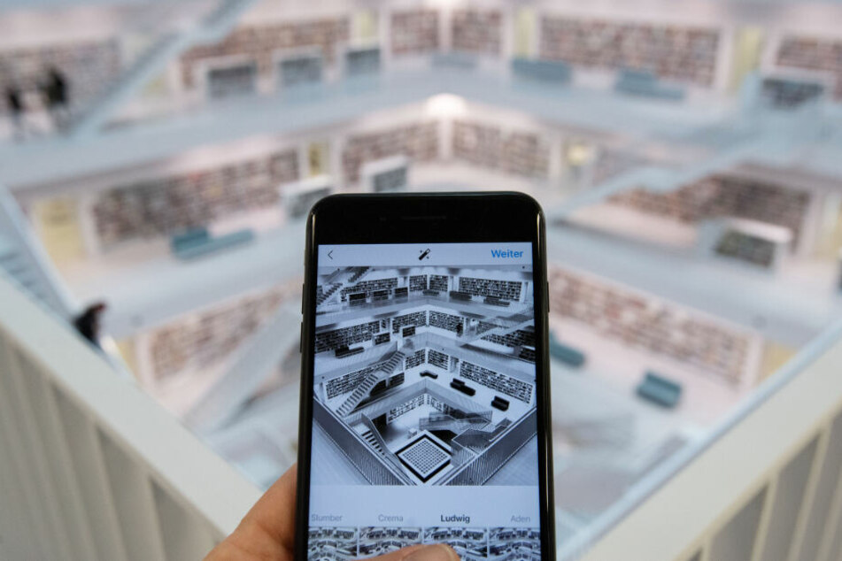 Ein Mann bearbeitet in der Stadtbibliothek Stuttgart ein Foto auf Instagram.