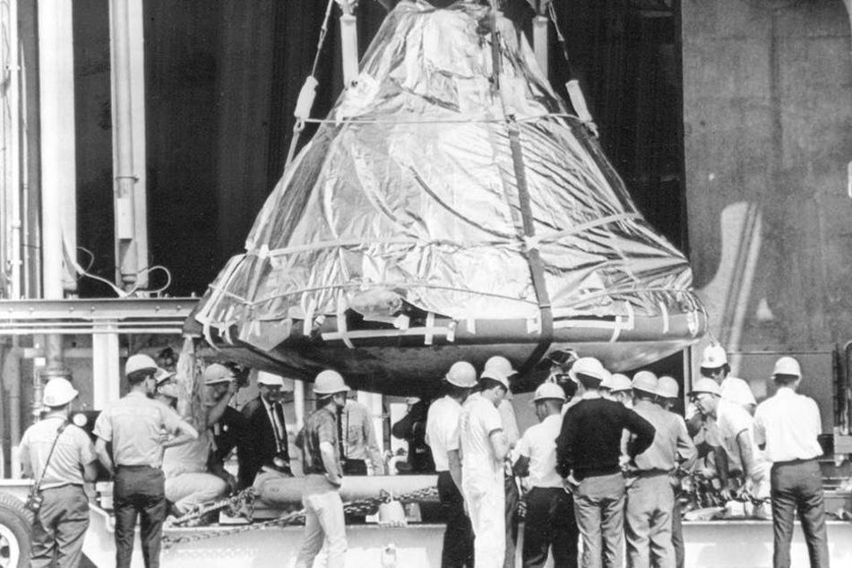 Techniker untersuchten die ausgebrannte Raumkapsel. Eindeutig geklärt wurde die Unglücksursache aber nicht.