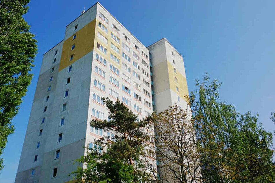 Am Vormittag wurden Feuerwehr, Polizei und Rettungsdienst zu dem 14-Geschosser im Leipziger Stadtteil Mockau gerufen.