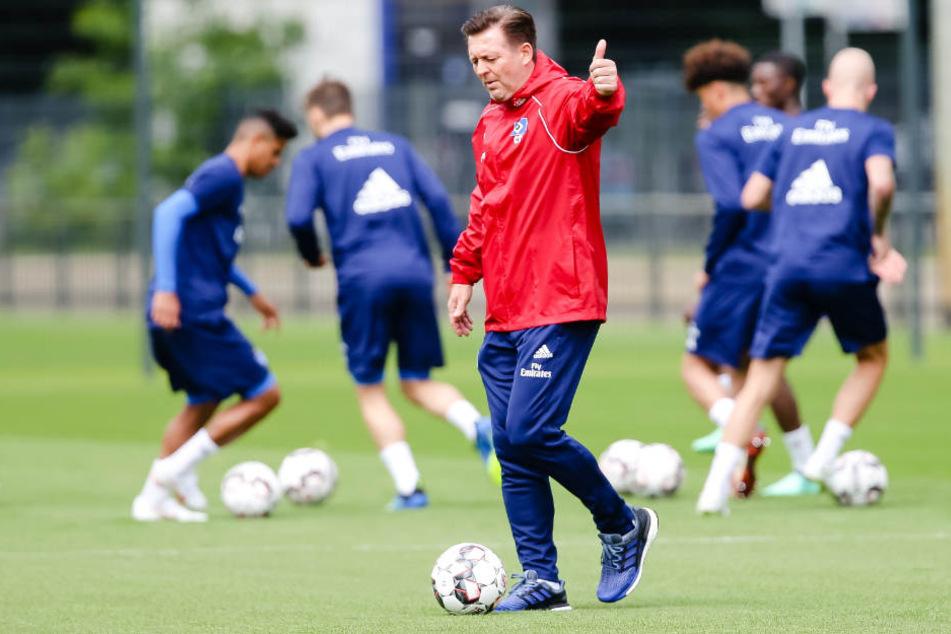 Trainer Christian Titz beim öffentlichen Training des HSV. Dem Fußball-Zweitligist fehlen Spieler.