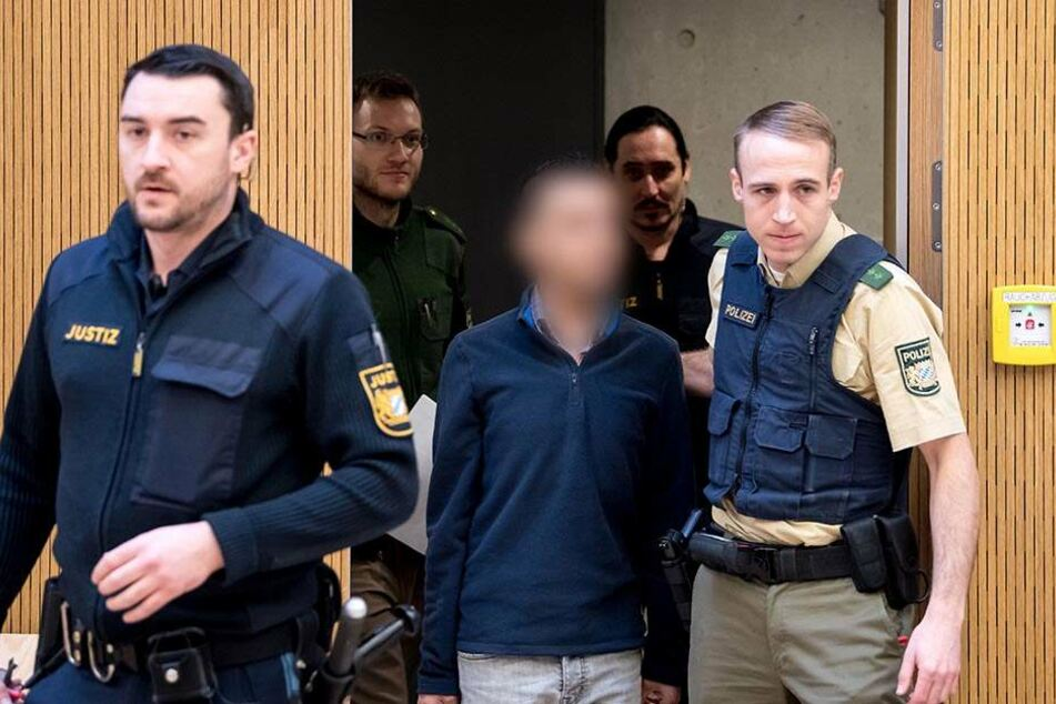 Unter anderem soll der 30-Jährige dem Buben mindestens zehn Videos des IS gezeigt haben, in denen Kinder töteten und getötet wurden.